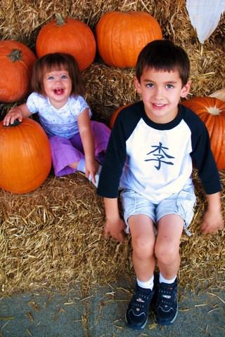 Kids_and_pumpkin_1014